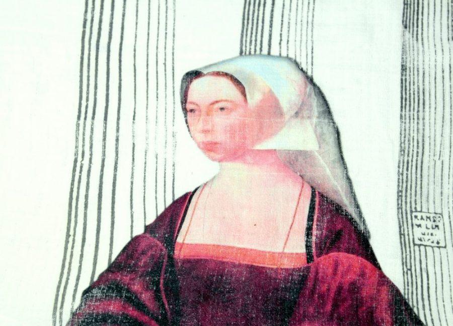 Pylväsnainen-tekstiiliteos, valokuva kankaalla